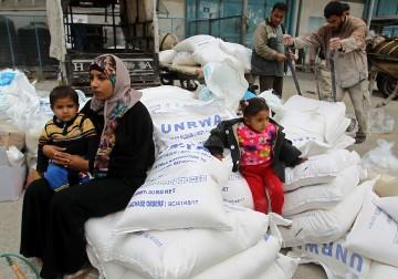 11 فبراير 2018 - توزيع المعونات الإنسانية من قبل الأونروا في مخيم خانيونس جنوب قطاع غزة