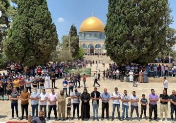 الآلاف يؤدون صلاة الجمعة في ساحات المسجد الأقصى
