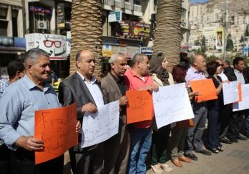 نابلس: وقفة رافضة لقرار الاحتلال باغلاق المؤسسات الاعلامية