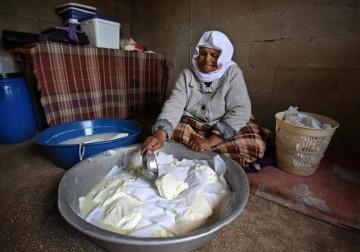 الحاجة حياة زيد تصنع قوالب الأجبان البيضاء داخل منزلها في جنين
