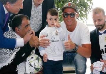 كريستيانو رونالدو يستقبل الطفل الفلسطيني أحمد دوابشة