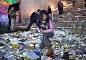 أستراليا 10 الاف كتاب في الشارع تشجيعا للقراءة .