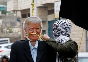 إحراق صور ترامب ونائبه بينس خلال وقفة احتجاجية في بيت لحم