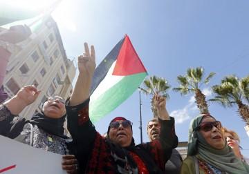 دعماً للمصالحة.. فلسطينيون يتظاهرون على دوار المنارة