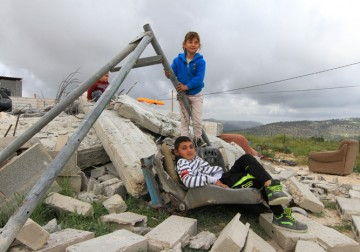 الاحتلال يهدم ثلاثة منازل في الولجة شمال غرب بيت لحم.