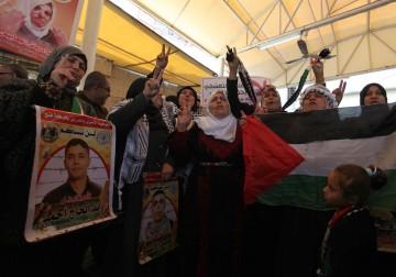 غزة.. الاعتصام الأسبوعي لأهالى الأسرى أمام مقر الصليب الأحمر
