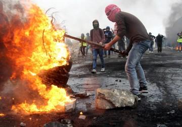 """مواجهات مع الاحتلال في ذكرى يوم الأرض بالقرب من مستوطنة """"بيت إيل"""" في رام الله."""