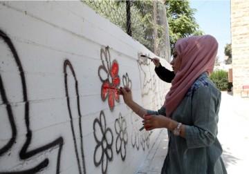 لوحات جدارية على أسوار مدرسة الفيحاء بالخليل