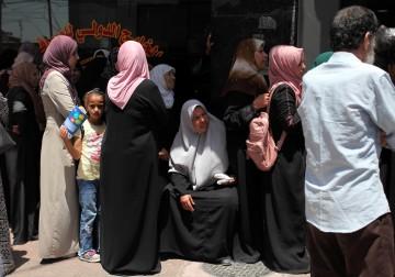 المئات ينتظرون صرف شيكات الشؤون الاجتماعية في غزة