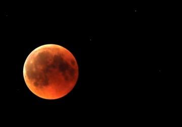 خسوف القمر.. صور من غزة والخليل