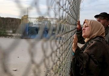 19 فبراير 2018 - أهالي العالقين في مصر ينتظرون عودة ذويهم إلى قطاع غزة بجانب أسوار معبر رفح البري