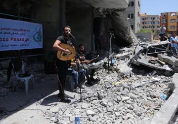 حفل فني في غزة على أنقاض المنازل المدمرة