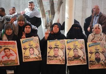 19 فبراير 2018 -أهالي الأسرى في سجون الاحتلال يعتصمون أمام مقر الصليب الأحمر في غزة