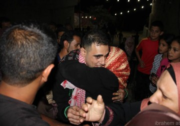 صور : استقبال الأهالي للأسير جبريل زهران من بلدة دير أبو مشعل قرب رام الله بعد الافراج عنه من سجون الاحتلال .