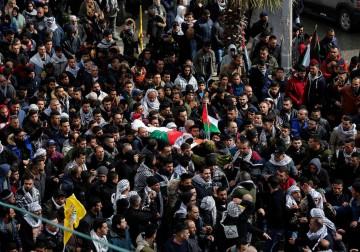 17 فبراير 2018 -المئات يشيعون جثمان الشهيد حمزة زماعرة (19 عامًا) في حلحول شمال الخليل