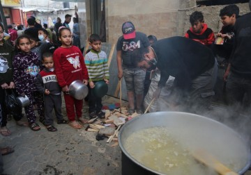 غزة.. مواطن يوزع الطعام مجانًا على الأسر الفقيرة في حي الشجاعية