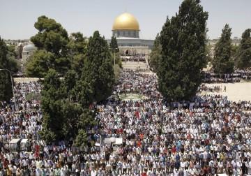 وفا  القدس المحتلة - الآلاف يؤدون الجمعة الثالثة من رمضان في المسجد الأقصى