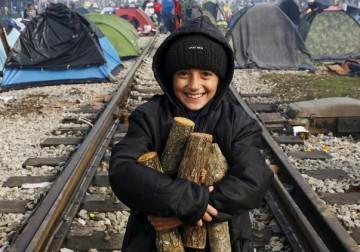 لاجئون في انتظار المساعدات الإنسانية على حدود اليونان.