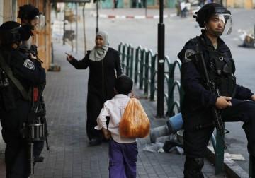 الاحتلال يضيق على الفلسطينيين في الخليل لحماية مسيرة استيطانية
