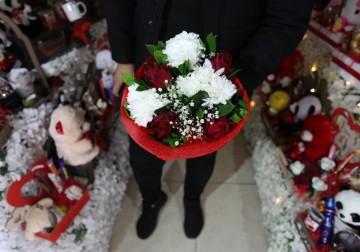 بائعون فلسطينيون يعرضون الزهور في عيد الحب  في مدينة غزة