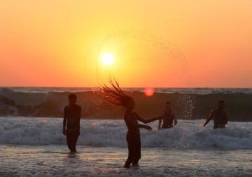 مشاهد الغروب الساحرة من شاطئ بحر دير البلح وسط قطاع غزة