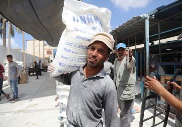 """""""الأونروا"""" توزّع المساعدات التموينيّة على اللاجئين في غزة"""