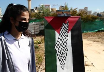 """""""سيدة الأرض"""".. معرض فنّي بمناسبة يوم الأرض في مدينة غزة"""