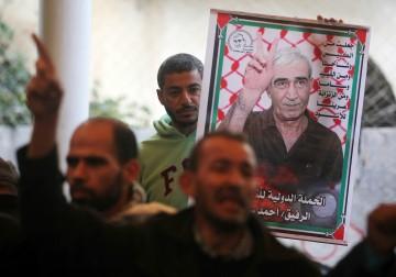 أهالي الأسرى يعتصمون أمام الصليب الأحمر في غزة تضامناً مع أبنائهم