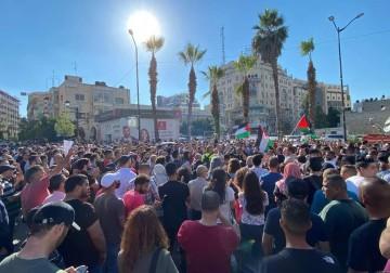 الآلاف يتظاهرون وسط رام الله استنكارًا لاغتيال الناشط نزار بنات