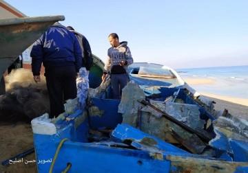 آثار القصف الصهيوني على قوارب الصيادين غرب دير البلح