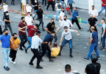 رام الله: أمن السلطة يقمع المتظاهرين المنددين باغتيال نزار بنات