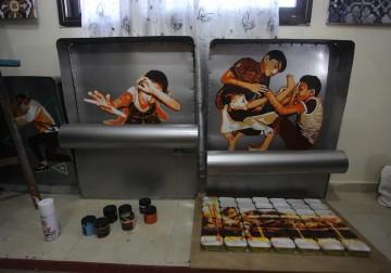 """غزة: الفنان محمد جحلش يروي معاناة اللاجئين من خلال علب """"السردين"""""""