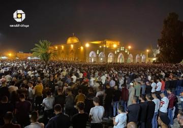 عشرات الآلاف يملؤون ساحات المسجد الأقصى المبارك ليلة السابع والعشرين من رمضان