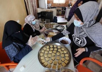 نساء فلسطينيات يقمن بإعداد الكعك المحلى لبيعها إلى الزبائن قبل عيد الفطر  غزة
