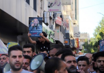 وقفة احتجاجية في مدينة الخليل تنديداً باغتيال الناشط نزار بنات