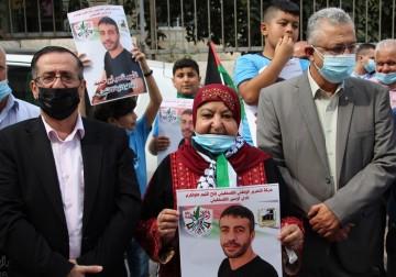 طولكرم.. وقفة مساندة للأسيرين ناصر أبو حميد وعلاء الأعرج