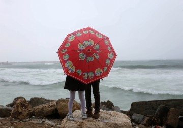 يومُ ماطر.. ساحل بحر غزة الجميل