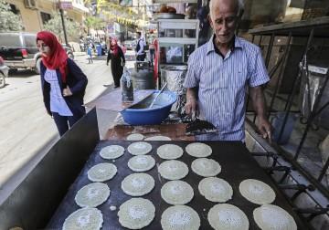 قطايف وحلويات رمضان في مخيم برج البراجنة
