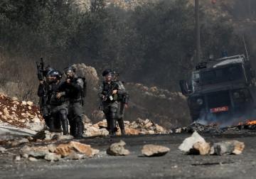 قلقيلية - مواجهات بين الشبان وجنود الإحتلال الإسرائيلي خلال مسيرة كفرقدوم الاسبوعية المناهضة للاستيطان. تصوير ايمن نوباني