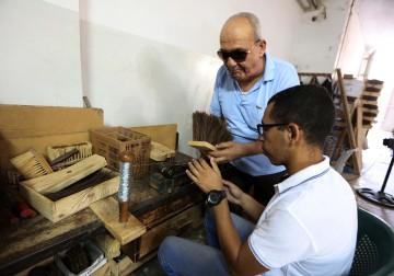 مكفوفون يعملون في صناعة المكانس في بيت لحم