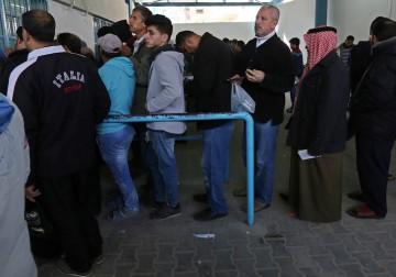 لاجئون فلسطينيون في مخيم جباليا شمال غزة ينتظرون استلام معونات إغاثية من قبل