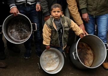 وقفة احتجاجية على خفض المساعدات أمام مكتب برنامج الأمم المتحدة الإنمائي في مدينة غزة 24 يناير 2018.