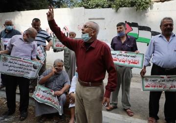 أهالي الشهداء والجرحى يشاركون في احتجاج على قرار قطع رواتبهم في مدينة غزة