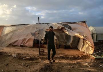 19 يناير- سكان الخيام أصبحوا في العراء بعد أن دمرت العاصفة القطبية خيامهم جنوب رفح