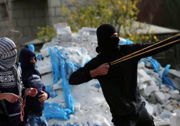 16 فبراير 2018 - مواجهات بين الشبان وقوات الاحتلال في قرية بيتا، قضاء نابلس