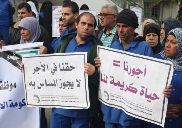 15 فبراير 2018 - وقفة احتجاجية لعمال النظافة في مجمع الشفاء الطبي احتجاجاً على عدم دفع رواتبهم