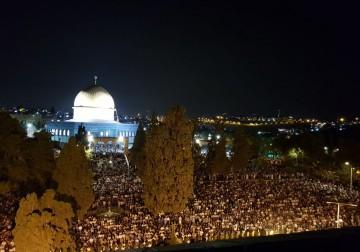 وسط إجراءات أمنية مشددة: 350 ألف مصلٍ يحيون ليلة القدر في الأقصى