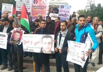 من غزة متضامنين مع الصحفي الاسير محمد القيق
