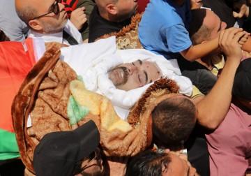 الفلسطينيين يشيعون جثمان الناشط السياسي نزار بنات في الخليل
