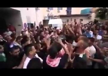 هتافات الشبان أمام مستشفى بيت لحم قبيل تشيع جثمان الشهيد معتز زواهرة